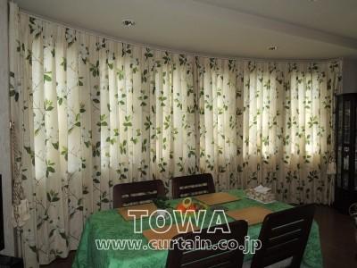 カーブした壁のカーテン