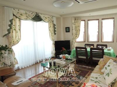 緑の柄のカーテン