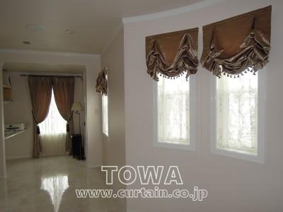 小窓のカーテン