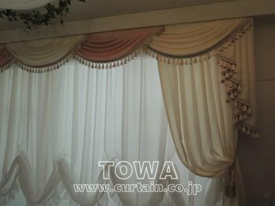 ピンクと白のカーテン