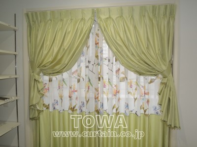 鳥の柄のカーテン