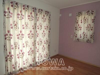 花柄モチーフのカーテン