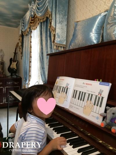 ピアノとカーテン
