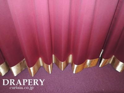 赤とゴールドのカーテン
