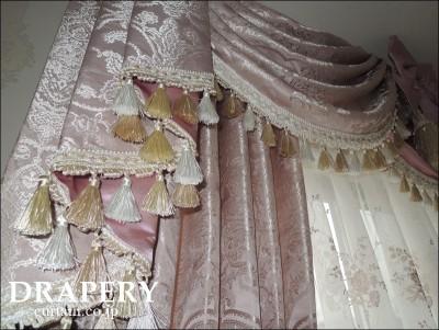 カーテンの上の飾り