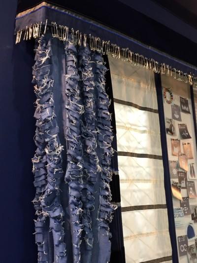ジーンズのカーテン