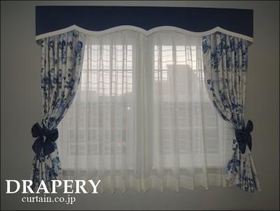 バラ柄のカーテン