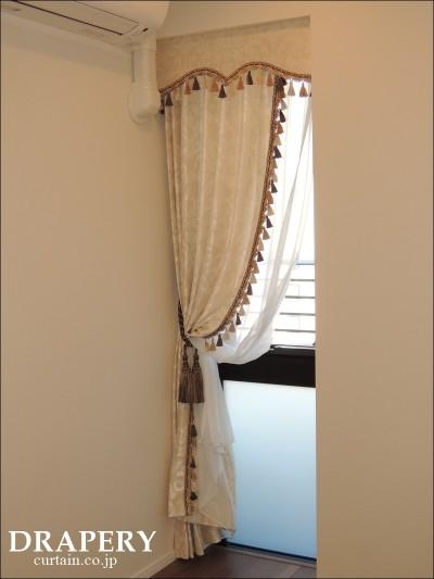 小さな窓のカーテン