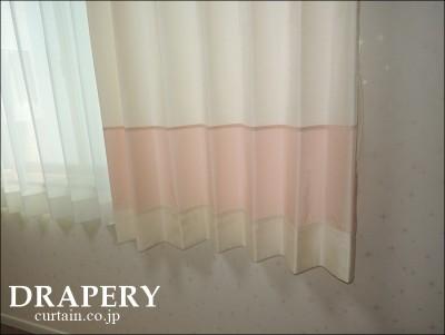 白とピンクのカーテン