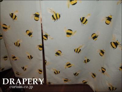 ハチの柄のカーテン